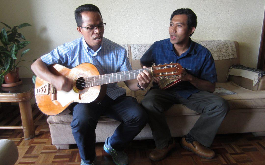 Gabriel introduce a Servinus (Serafín) en ESP SVD, lo hacen cantando · Bienvenido, compañero