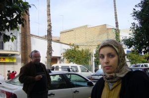 Fach iglesia y mujer marroquí